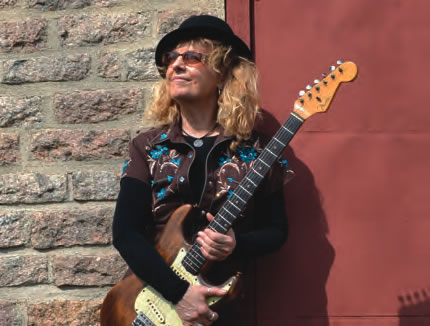 https://windcheckmagazine.com/app/uploads/2019/01/guitarist_debbie_davies-1.jpg