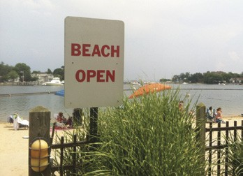 Thanks to the efforts of Save the Sound, beachgoers on Long Island Sound are seeing a growing number of signs like this one in Mamaroneck, NY. © Cameron Okie